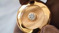 Einzigartiges Amulett, in das ein aus Brasilien stammender Edeltopas eingeschliffen ist, dem ein Goldring Halt gibt.