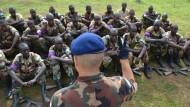 Ein ungarischer Ausbilder und somalische Rekruten bei der Patrouillenausbildung in Bihanga im Westen Ugandas