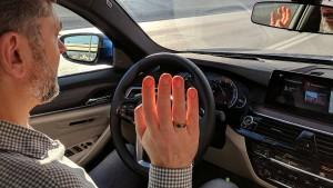 Hände hoch auf dem Highway