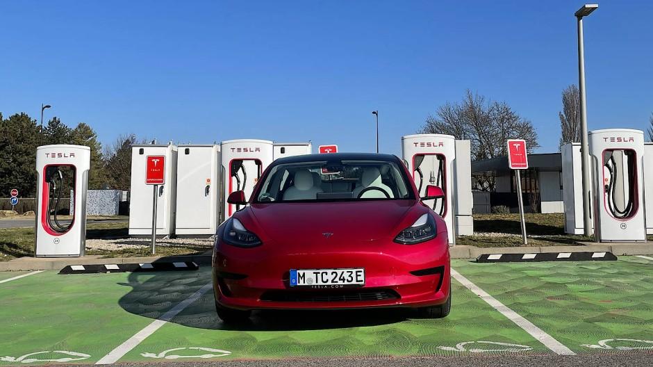 In den Ladeparks von Tesla stehen stets viele Säulen. Die jüngsten und flottesten heißen V3.