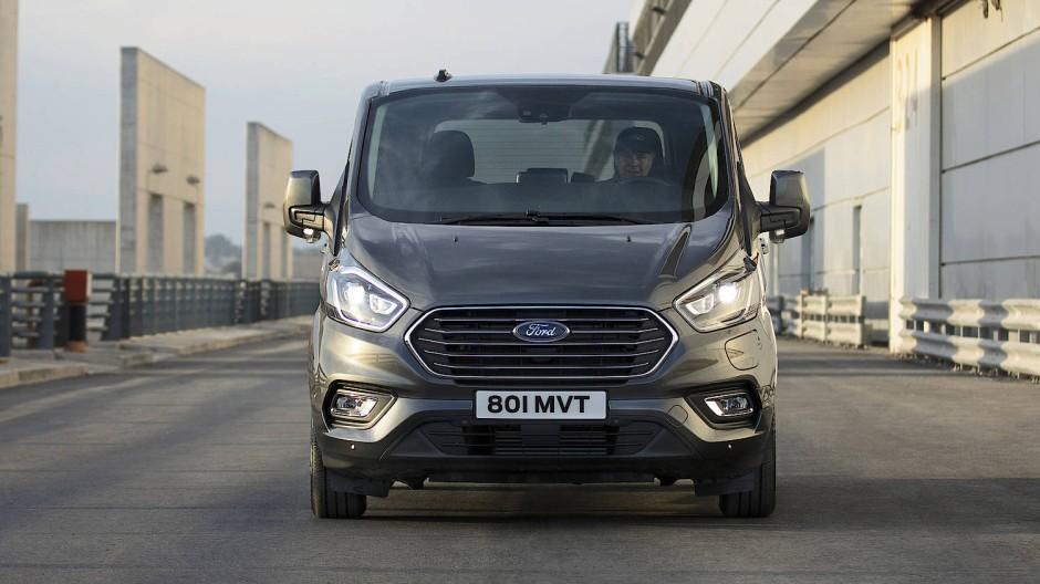 Immerhin ist Ford der erste Hersteller, der es wagt, einen Kleinbus als Plug-in-Hybrid auszulegen.