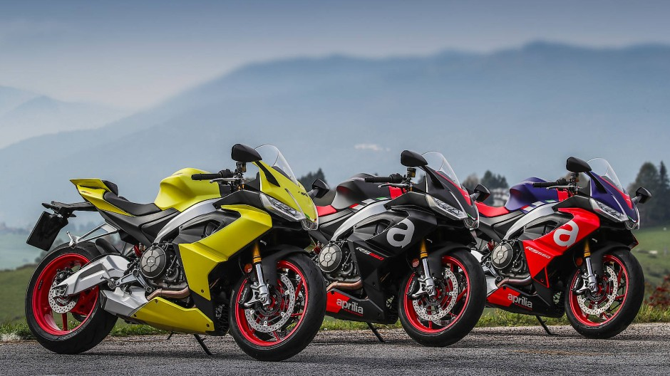 Bunter Haufen: Acid Gold, Apex Black und Lava Red heißen die Farbvarianten. Letztere soll mit ihren Lila- und Rottönen an die RS 250 von 1994, einer prominenten Rennmaschine der Zweitakt-Ära, erinnern.