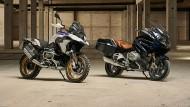 """Hier wird Aufpreis fällig: BMW R 1250 GS in der """"Style-Variante HP"""" (links)  und der mit dem gleichen Motor ausgestattete Tourer R 1250 RT in """"Blueplanet metallic"""""""