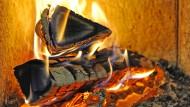 Das Holzfeuer strahlt angenehme Wärme aus