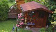 Gepflegt: Ein Häuschen am Teich ist der Traum des Gartenfreundes.