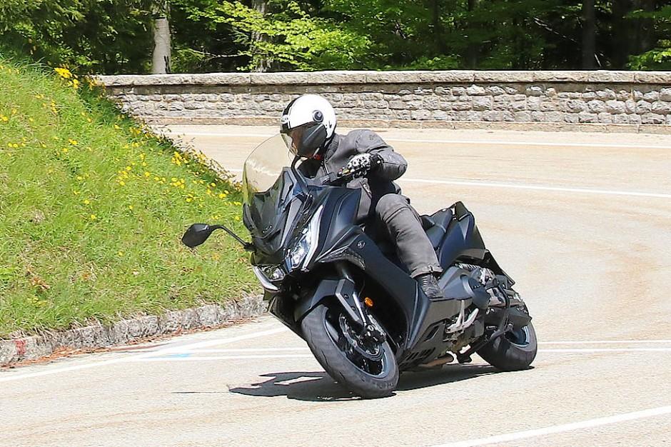 Der sonore Klang aus dem dynamisch gestylten Auspuff lässt eher an ein 800-Kubik-Sportmotorrad als an einen Halbliterscooter denken