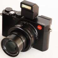 Hier eine Rundung mehr, da eine weniger: Lumix LX100 und Leica D-Lux, diese mit Blitz und Objektiv in Arbeitsposition