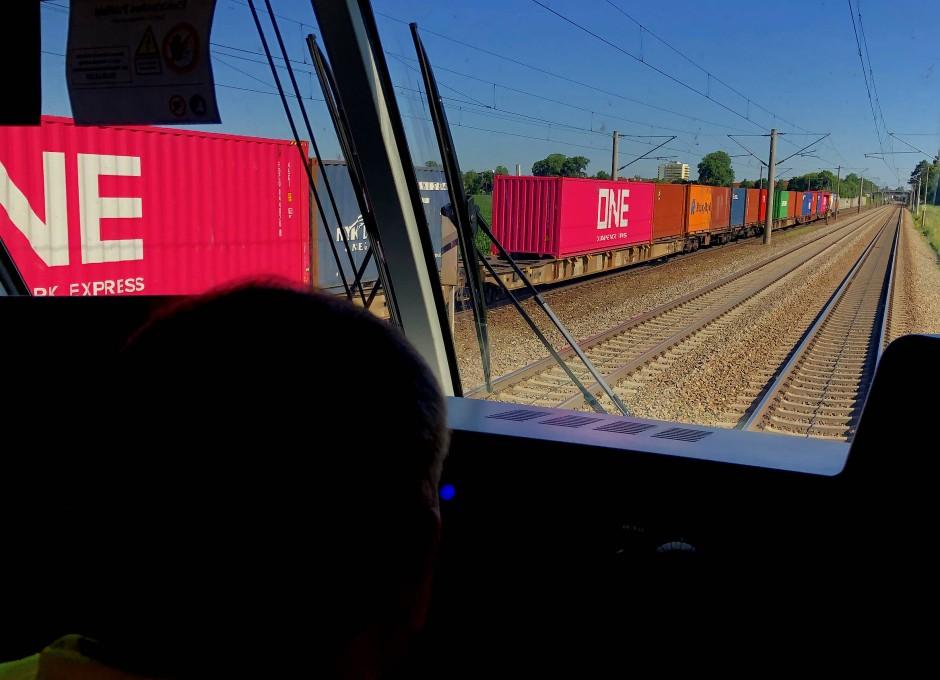 Gemischtwaren laden: Der kombinierte Verkehr mit Containern, Wechselbrücken oder Trailern macht einen Großteil des Eisenbahn-Güterverkehrs in Europa aus.