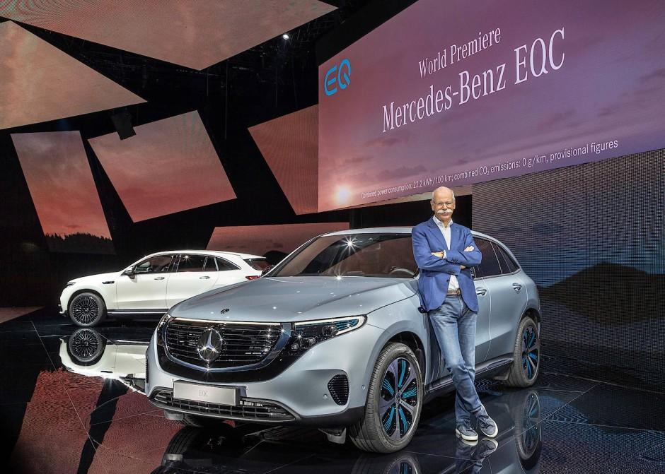 Daimler-Chef Dieter Zetsche vor dem neuen e-SUV von Mercedes