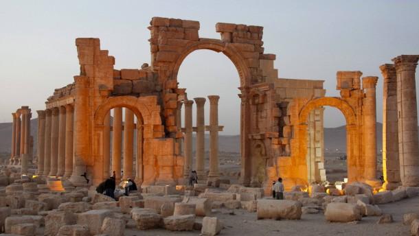 IS sprengt Triumphbogen in antiker Stätte