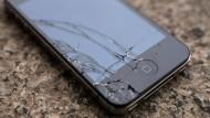 Ohne schützende Hülle ist das Glas des Displays nach einem Fall leicht geborsten.