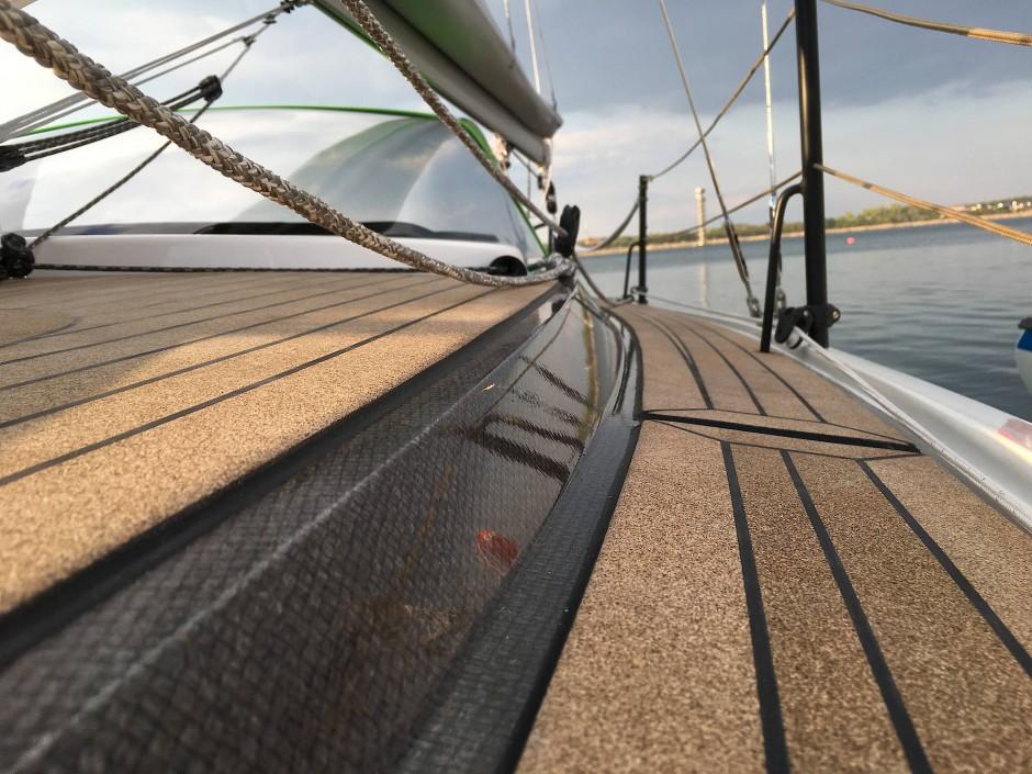 Laufen auf Kork: Keinesfalls Teak an Deck des Segelboots Green Bente