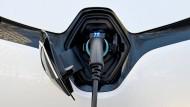 Der 10.000 Euro unter Listenpreis angebotene Kleinwagen Zoé führt die Top Ten der Elektroautos mit Abstand an