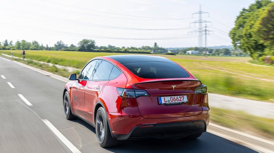 Das Model 3 schafft bis zu 560 WLTP-Kilometer, im Datenblatt des SUV stehen nur 505 Kilometer.