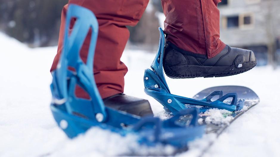 Genau! Die Riemen einer üblichen Snowboard-Bindung fehlen.