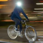 Radfahrer mit Helmlicht unterwegs in Frankfurt: Die Leuchte am Helm ersetzt die Beleuchtung des Rades nicht.