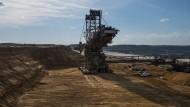 """Das durch den Abbau von jährlich rund 40 Millionen Tonnen Braunkohle entstandene """"Hambacher Loch""""."""