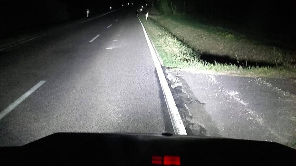 Das weiße Licht der LED zerreißt die Dunkelheit.
