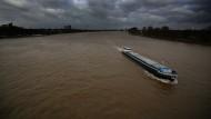 Wurde schon geblitzt: Schiff auf Rhein in Köln