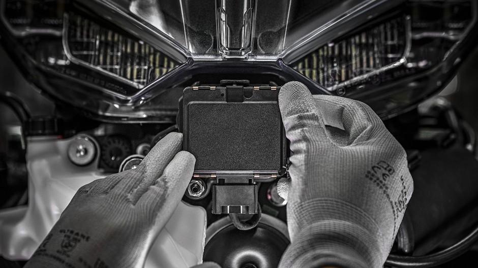 Radarmodul in der Verkleidungsnase: Als erstes Serienmotorrad wird die neue Multistrada mit einem Abstandstempomaten ausgestattet.