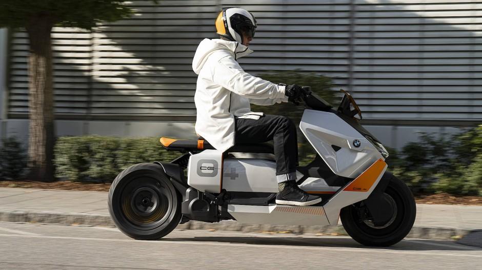 Mantel des Schweigens: Als Elektrofahrzeug wird der CE 04 keinen Lärm verursachen. Fahrerausstattung liefert BMW gleich mit.