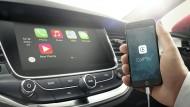 Mit Apple und Google: Die Netzgiganten bringen Navigation und Multimedia ins Auto