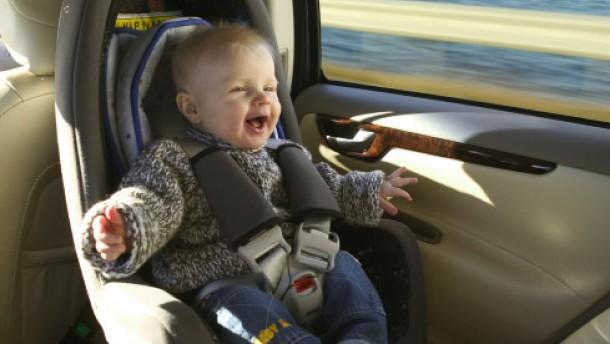 Kinder bis vier Jahre sollten rückwärts sitzen