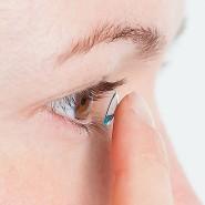 Einsatzübung: Für den Anfänger ist es nicht leicht, die Linse auf das Auge zu setzen, es gilt, den Lidschlussreflex zu überwinden.