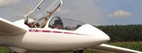Vor dem Start: Fluglehrer und Schüler