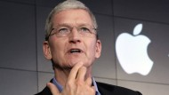 Ja, das ist Apple-Chef Tim Cook, der angeblich an einer Datenbrille arbeiten lässt. Und nein, die Brille, die er auf hat, ist kein Prototyp, sondern eine Gleitsichtbrille