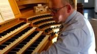 Jörg Glebe spielt im Wohnzimmer seine Eigenheims