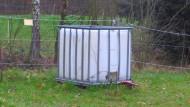 Ein Kubikmeter Wasser für die Pferdeweide. Der IBC ersetzt in vielen Fällen Tränken aus verzinktem Stahl