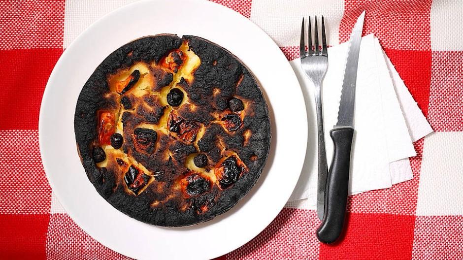 Dunkle Machenschaften: Mit den Kochkünsten der Deutschen sieht es häufig schwarz aus.