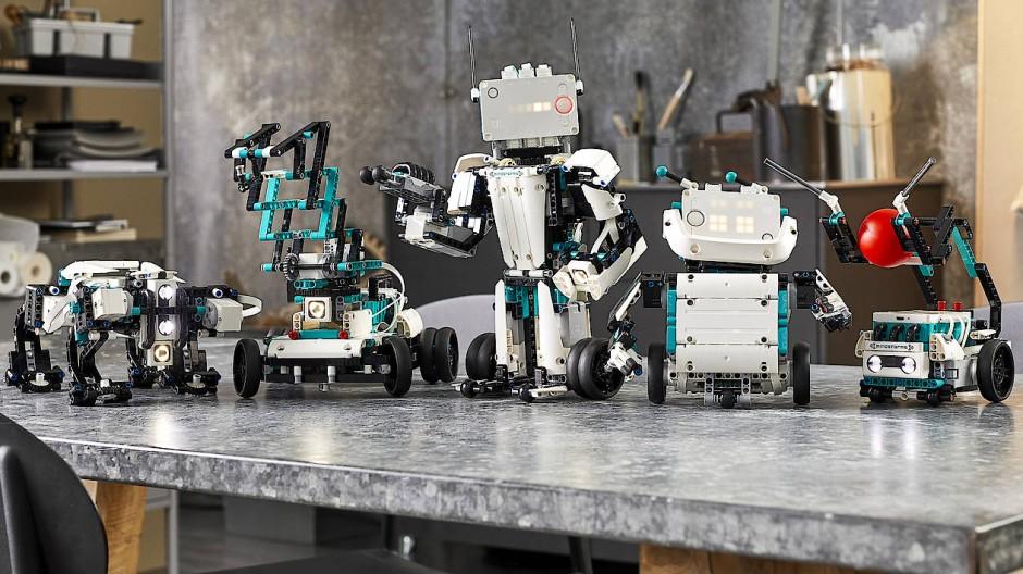 Gruppenbild mit Roboter: Aber so wird das Kind Mindstorms Roboter Erfinder von Lego nie sehen. Denn es kann immer nur einen zusammenbauen.