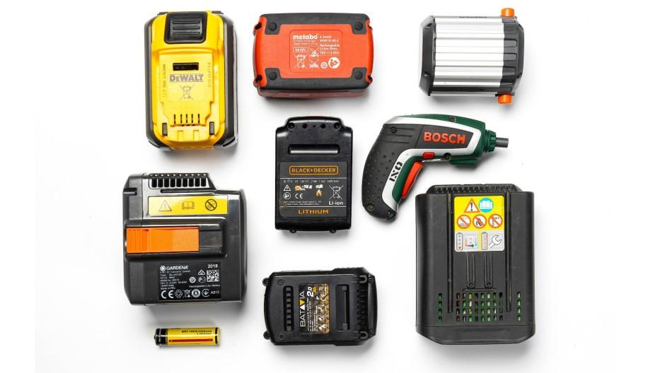Akkupacks verschiedener Hersteller, die Geräte mit 18, 36 oder 54 Volt Spannung versorgen. Dem kleinen Schrauber mit fest eingebautem Akku (3,6 V) reichen dagegen Plus und Minus, die Intelligenz sitzt im Gerät.