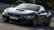 BMW i8: Die derzeit spektakulärste Art, Hybrid mit Steckdose zu fahren. Schafft 19 Kilometer elektrisch, für Power sorgt ein aufgeladener Dreizylinder im Heck. Recht kostspieliger Spaß: 130.000 Euro wären anzulegen.