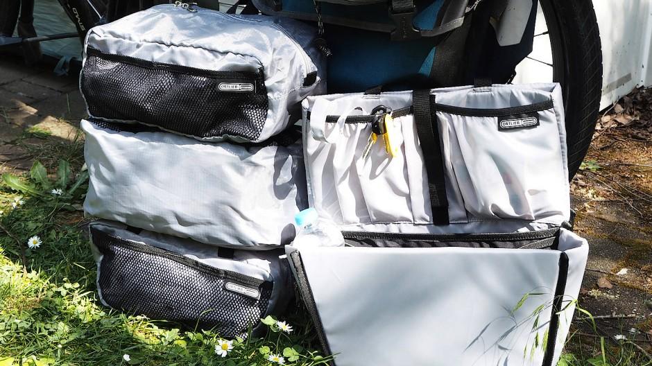 Die drei Packing Cubes (links) samt Commuter Insert von Ortlieb, bevor sie in der Fahrradtasche verschwinden.
