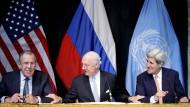 Sergej Lawrow vor dem Sternenbanner, Staffan de Mistura vor der russischen Flagge und John Kerry vor dem himmelblauen Tuch der UN