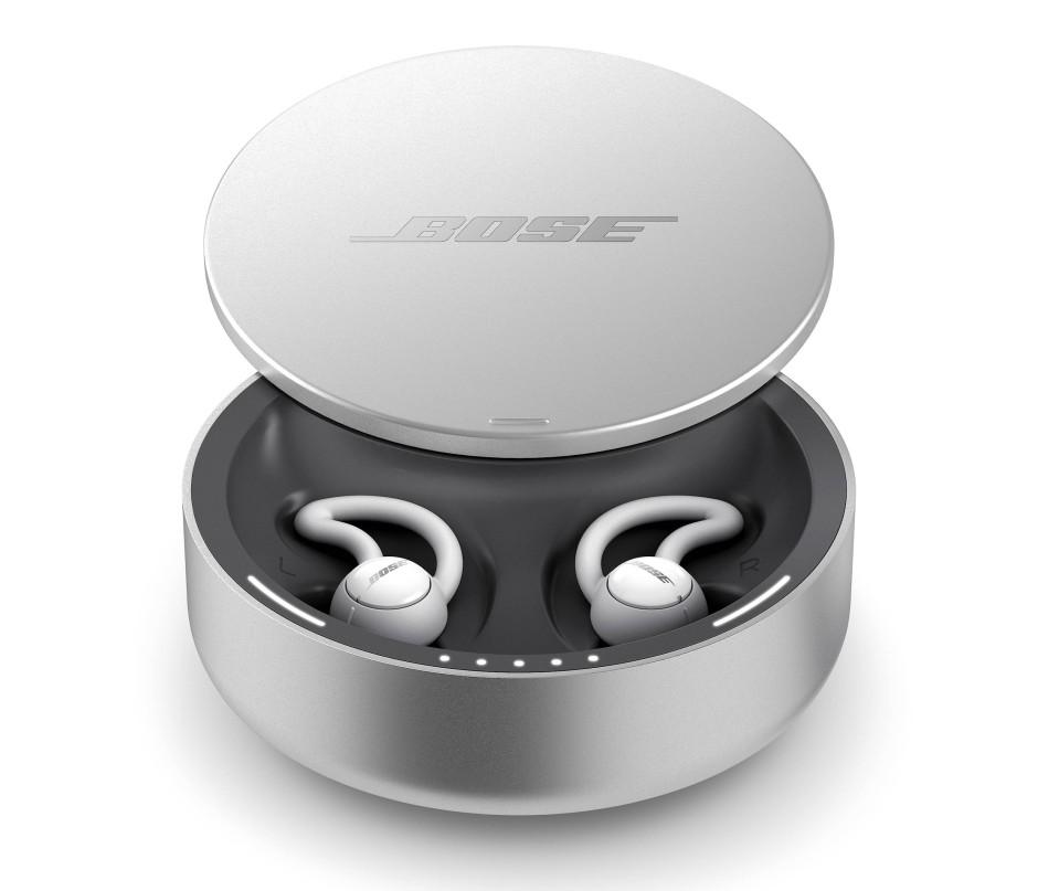 Man erhält zwei Ohrhörer in einer runden Ladebox, die auch als Tablettendose durchgehen könnte.