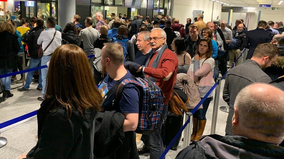 Immer wieder das gleiche Bild: Warten an der Sicherheitskontrolle am Flughafen Frankfurt