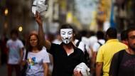 Auch hier ist die Maske das Symbol der Demonstranten