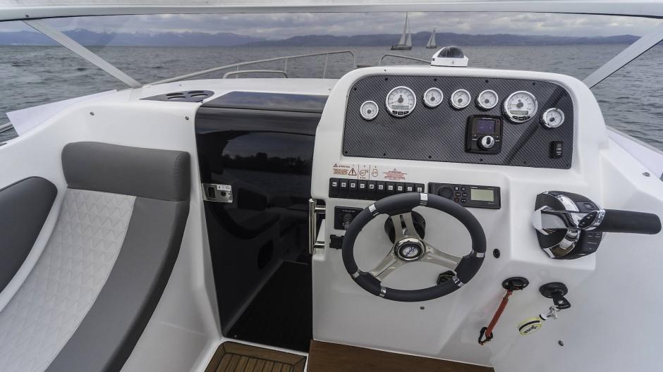 Der Steuermann blickt auf eine komplette Grundinstrumentierung mit Kompass.