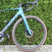 Fahreigenschaften und Aussehen des gut getarnten elektrischen Rennrads stimmen.