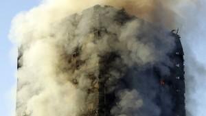 24-stöckiges Wohnhaus in London in Flammen