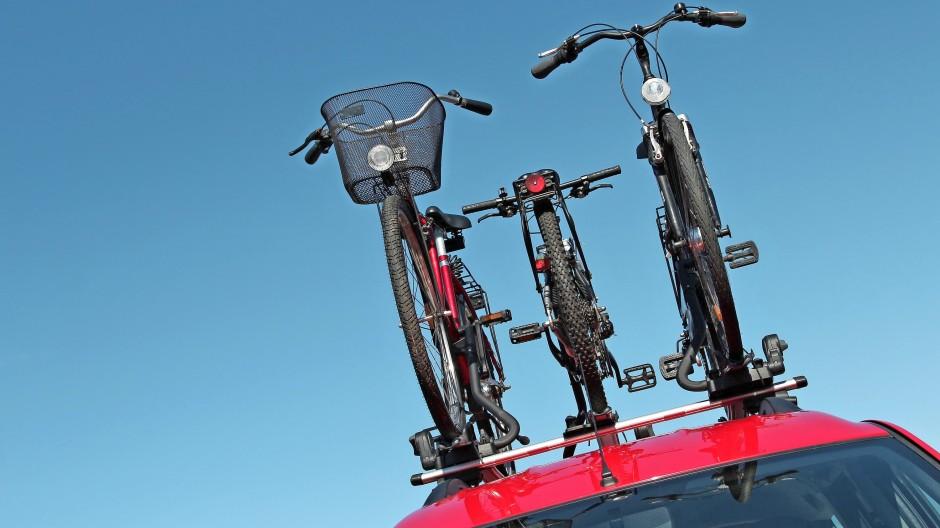 Hochräder: Auf dem Dach stört die Last nicht weiter – bis man sie vor der niedrigen Durchfahrt vergisst.