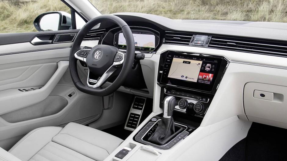 Schaltzentrale im doppelten Sinne: Das Cockpit des VW Passat