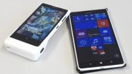 """Verschwistert: Das Nokia Lumia 1020 (links im Kameragriff) und das """"Phablet"""" Lumia 1520 im Größenvergleich"""