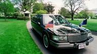 Präsident Bill Clinton entscheidet sich 1993 wieder für Cadillac. Heute steht der verlängerte Fleetwood wie viele seiner Vorgänger als Präsidentlimousinen in einem Museum – im Clinton Presidential Center in Clintons Heimatstadt Little Rock in Arkansas.