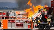 Brandheiße Übung: Um möglichst realistisch auf den Notfall vorbereitet zu sein, lodern echte Flammen aus der Flugzeugkulisse, die aus Containern besteht.