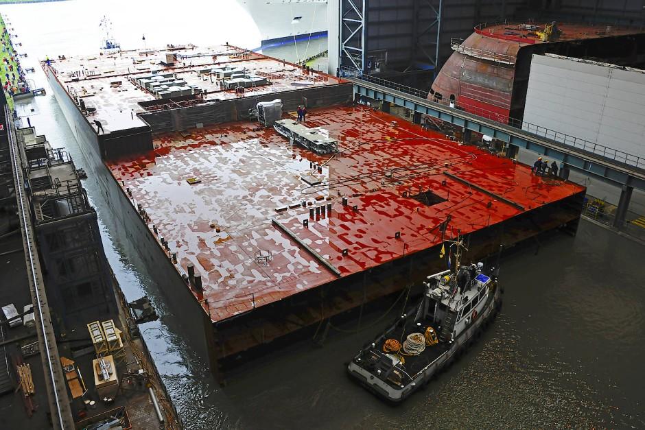 Monströses Modul: Der 140 Meter lange, FERU genannte Großblock mit Motoren, Generatoren und weiteren technischen Komponenten, aus Rostock zugeliefert.